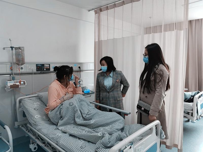 点滴关爱暖人心——药学与护理学院教师看望生病学生
