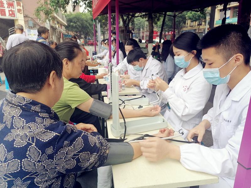 为社区居民进行测量血压等项目.jpg